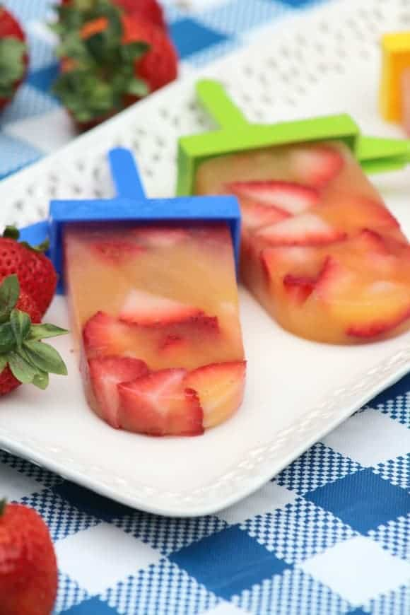 Looking for a delicious frozen dessert recipe for Canada Day, 4th of July & all your summer barbecues? Check out this yummy strawberry peach pops recipe!