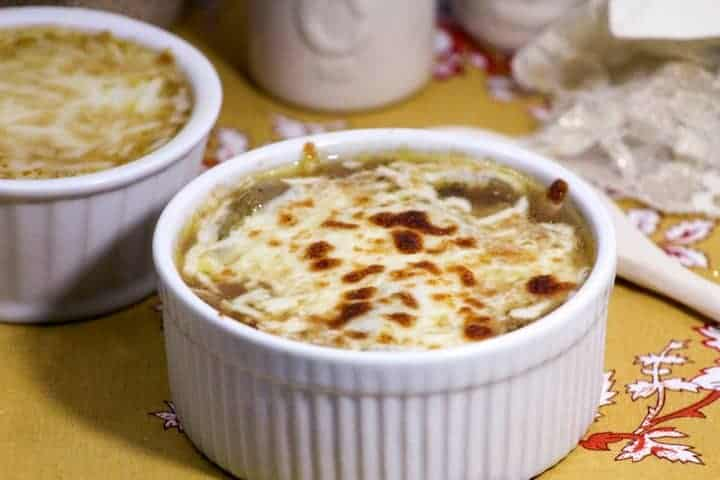 Chase away the fall chill with a hearty and delicious French onion soup recipe! See how to make this easy and delicious fall soup for your family dinner!