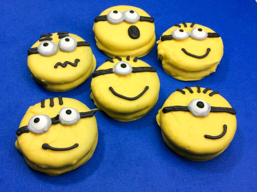 Throwing a Despicable Me 3 party for the kids? This is the coolest & easiest Minions cookie recipe that you need to really take it to new levels! Check it out!